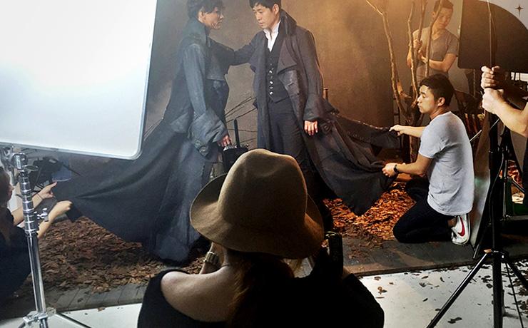 뮤지컬 <프랑켄슈타인>의 촬영 현장 속 로빈 작가.