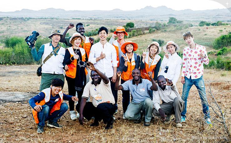 아프리카 우간다에서 제이앤조이20 (유준상 홍보대사+이준화), 월드비전 직원들, SBS 촬영 스텝들과 함께한 로빈작가(유준상씨 왼쪽)의 모습