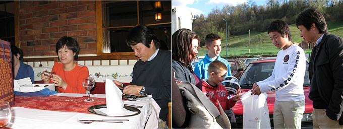 후원자님 가족에게 전통잔을 선물한 아네스가족과  아네스에게 한국과자와 차를 선물한 장현수 후원자님