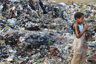 매일 오전과 오후, 가족들의 생계를 위해 해소는 아빠와 함께 쓰레기를 줍는다.