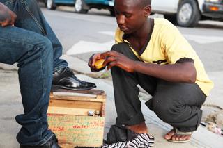 삶을 찾아 아이티로 온 제프리. 구두를 닦아 10페소(300원)을 번다.