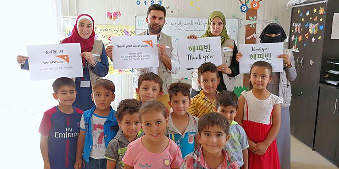 월드비전과 해피빈에게 감사인사를 전하는 요르단 난민캠프 주민들.