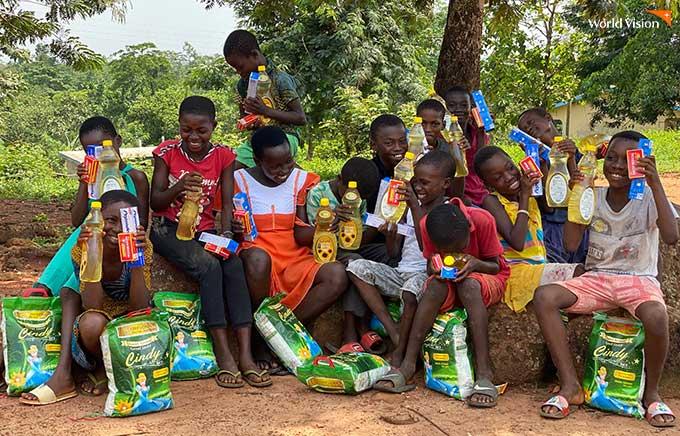 물품을 전달 받고 기뻐하는 흑인 아동들