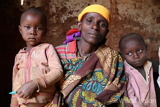 말라리아로 세상을 떠난 알라인(가명)의 어머니 이네자(가명, 가운데)와 남은 아이들(사진출처:월드비전)