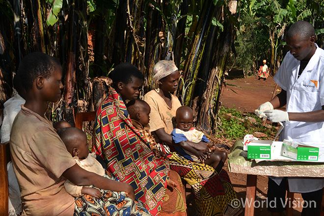 보건의료 자원봉사자 디오메데가 자신의 집에서 마을 주민들을 대상으로 말라리아 치료활동을 하고 있는 모습(사진출처:월드비전)
