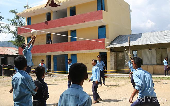 신두팔초크(Sindhupalchowk)의 재건된 칼리카 데비(Kaliva Devi) 고등학교. 학생들이 쉬는 시간에 운동을 즐기고 있다(사진출처: 월드비전)