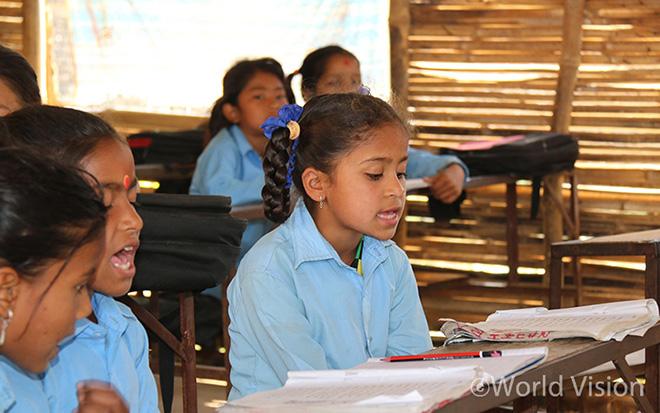 지진으로 인해 학교건물이 파손된 후 임시교육센터에서 공부중인 9살 소녀 나지라(사진출처: 월드비전)