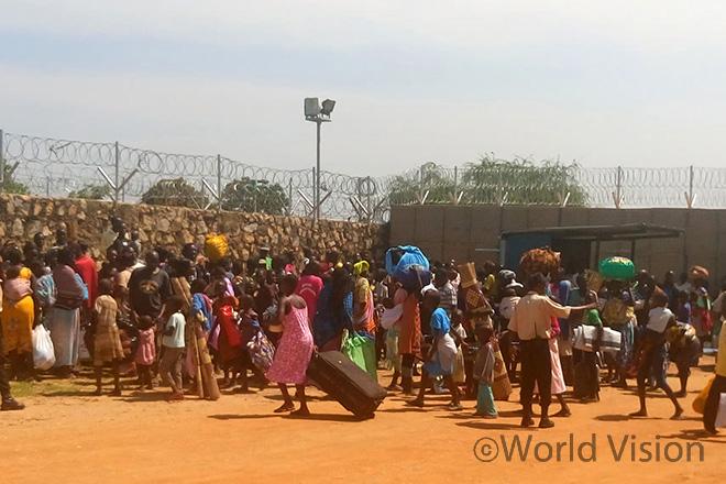안전한 피난처를 찾아 세계식량계획(WFP) 사무소 담장 밖에 남수단 주민들이 몰려들고 있습니다 (사진출처: AP 통신)