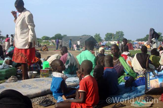유엔남수단임무단(UNMISS) 난민보호소(POC) 내 임시 거주지에 모여 있는 남수단 주민들의 모습 (사진출처: 로이터)