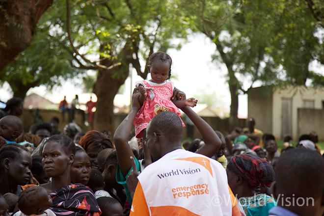 남수단 월드비전의 긴급구호 직원이 난민보호소(POC)에 모인 주민들의 상황을 파악하고 있는 모습 (사진출처: 월드비전)