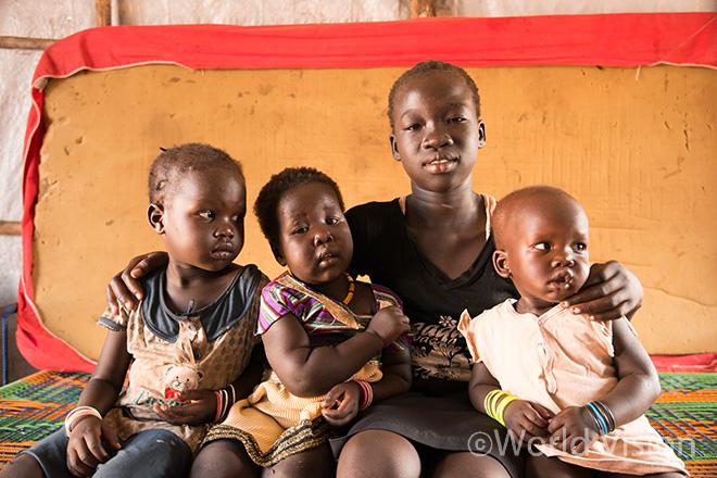 11살의 소녀 냐혹(Nyahok)은 주바(Juba)에 위치한 난민 캠프에서 아직 어린 동생들을 돌보고 있습니다 (사진출처: 월드비전)