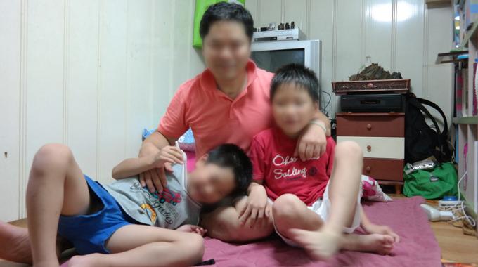아빠가 병실에 있어 떨어져 지내며 많이 외로웠던 아이들, 아빠 곁을 떠나지 않는다.