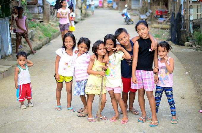 아동인신매매와 아동노동은 생계를 이어갈 수입이 없는 가정과 상관관계를 지닌다.