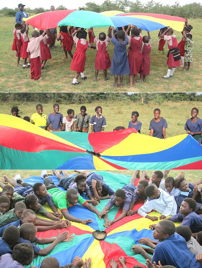 알록달록 예쁜 색깔놀이 천이 잠비아의 하늘과 잘 어울립니다. 빨강, 노랑, 초록. 아이들의 꿈도 색색별로 예쁘게 자라나기를 기도해봅니다.