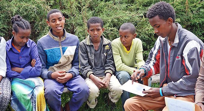 사구레 초등학교 아동의회 멤버들은 한 달에 두 번씩 모여 아동권리에 관한 이슈를 논의한다.