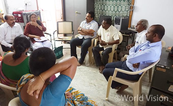 에이즈환우 지원위원회 중 하나와 직원들의 논의 모습