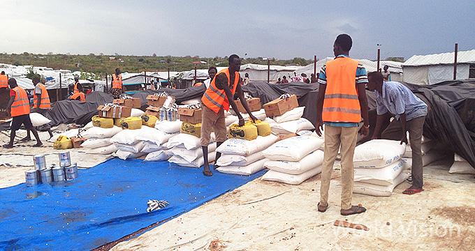 식량 배분을 위해 준비 작업에 참여한 주민들