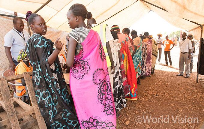식량교환권을 지원 받고 있는 주민들