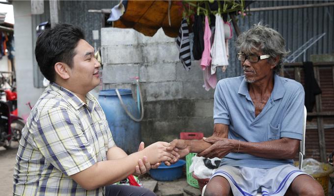 태국의 인도양쓰나미 피해지역을 방문한 강도욱 한국월드비전 긴급구호 팀장과 생존자 주민