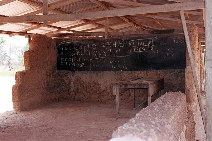 교실은 궂은 날씨와 야생동물의 위협에 그대로 노출되어 있습니다.