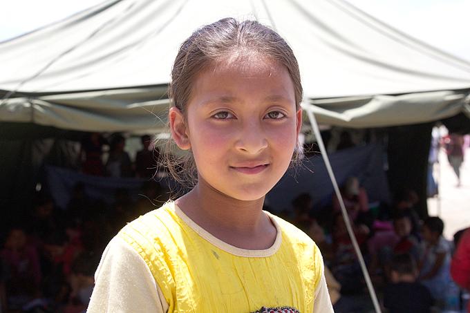 가족들과 임시텐트에 살고 있는 알리나는 학교에 갈 수 없다는 사실이 무척 마음 아프다.