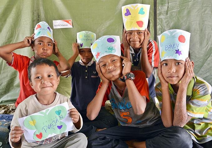 지난 5월 31일 네팔의 학교들이 다시 문을 열었다. 임시 교실에서 수업을 하지만 많은 아이들이 심리적 충격으로 다시 학교에 가지 못하고 있다.