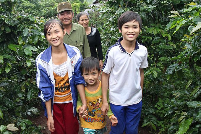 맨 오른쪽이 후원아동 트란 콩 민.