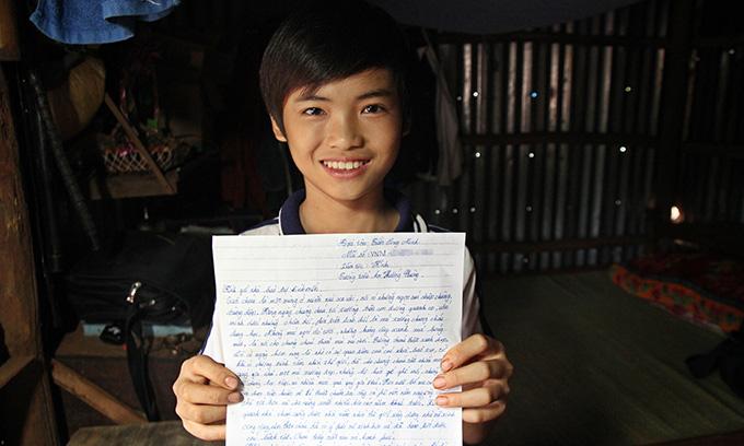 민에게 후원자란 나를, 내 친구들을, 우리 마을이 더 나은 삶을 살도록 도와주는 사람이란다. 후원자에게 쓴 편지를 들고 웃고 있는 민.