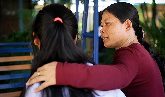 인신매매로부터 탈출한 피해아동과 상담을 진행중인 월드비전 직원