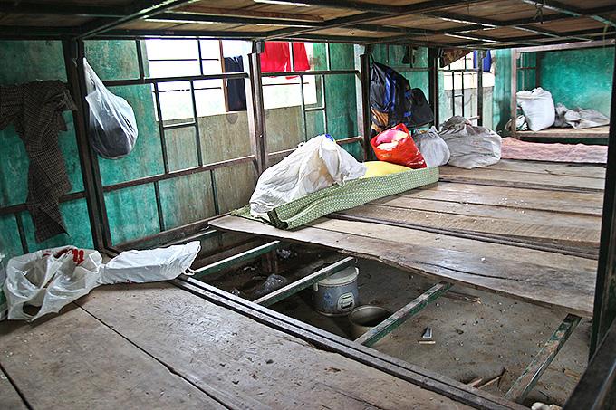 열악한 기숙사 내부모습. 골격만 남아있는 침대에서 아이들은 잠을 자고 식사를 하고 공부를 한다.
