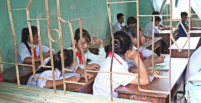 바낭 중학교 교실. 기숙사에 사는 아이들은 140명이지만, 50명이 넘는 학생들이 침대가 모자라 밤에는 책상을 붙여 누울 공간을 마련한다.