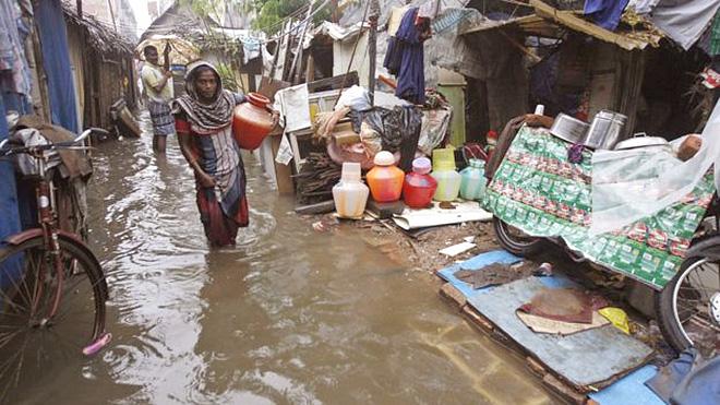 홍수로 집이 떠내려간 후 남겨진 가족의 모습(사진출처: AFP)