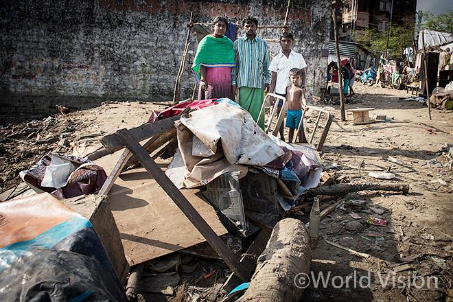 홍수로 집이 떠내려간 후 남겨진 가족의 모습(사진출처: 월드비전)