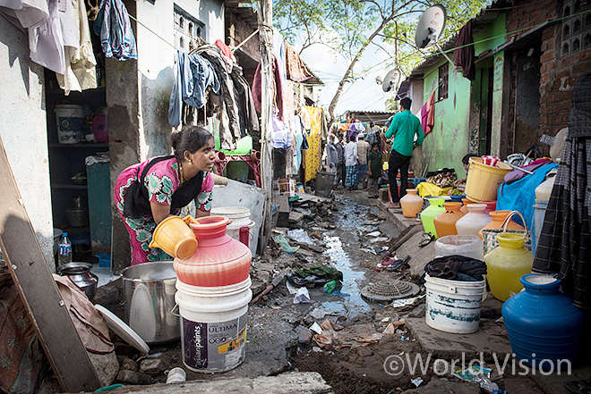 홍수로 진흙투성이가 된 첸나이(Chennai) 빈민가 골목(사진출처: 월드비전)