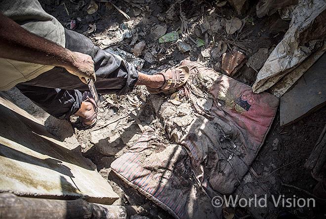 홍수로 인해 피해를 입은 집안의 물품들과 매트리스(사진출처: 월드비전)