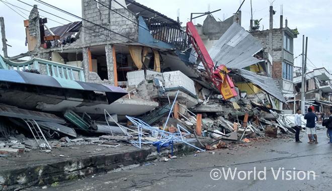 에콰도르 마나비(Manabi) 지역 지진으로 붕괴된 건물(사진출처: 월드비전)