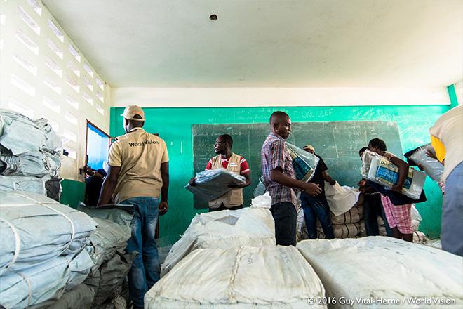 허리케인 매튜로 피해를 입은 아이티 주민들에게 구호물자를 나눠주고 있습니다 (사진출처: 월드비전)