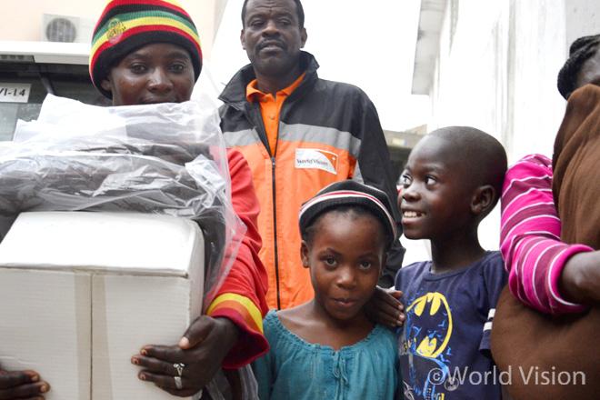 월드비전은 가족단위로 구호물자를 나눠주고 있으며, 이들이 다시 집으로 돌아갈 수 있길 간절히 바랍니다(사진출처: 월드비전)