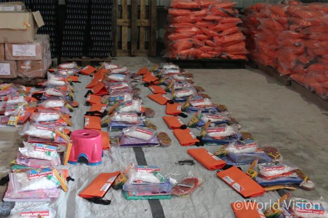 주민들에게 지급된 일명 탈출가방, 각종 구호물품 및 재난 시 대처요령 책자가 들어 있습니다(사진출처:월드비전)