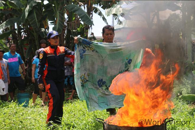 월드비전이 주최한 정부 협력 재난대응훈련에 참여하고 있는 마을 주민들(사진출처:월드비전)