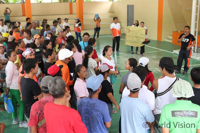 재난상황 비상대피훈련에 참여하기 위해 마을회관에 모인 주민들의 모습(사진출처:월드비전)