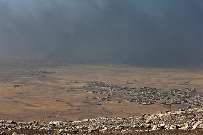 이라크와 ISIL 간의 무력충돌로 검은 연기가 피어오르고 있는 모술 동부지역(사진출처: 로이터)