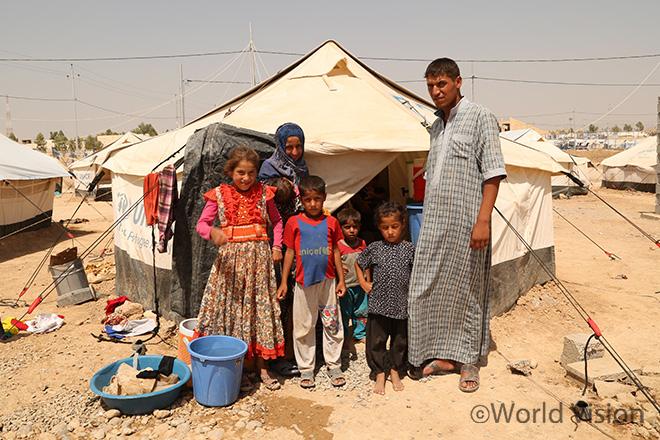 2016년 9월 모술 지역 난민캠프에 정착한 한 가족의 모습(사진출처:월드비전)