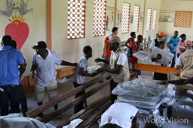 아이티 허리케인 피해주민들에게 구호물자를 나눠주고 있는 모습