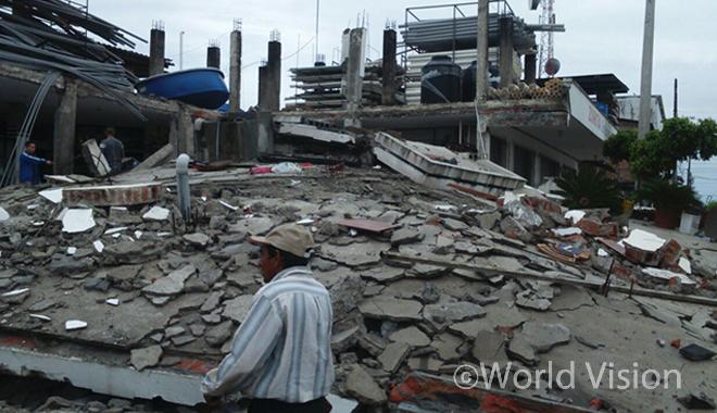 에콰도르 강진으로 붕괴된 건물의 모습(사진출처:월드비전)