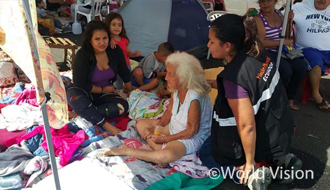에콰도르 월드비전 직원과 임시주거지에 대 피해자들의 모습(사진출처:월드비전 피한)
