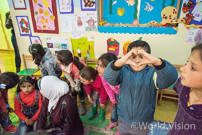 레바논 난민캠프 임시교육센터에서의 아이들 모습
