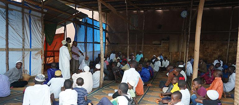 폭격으로 폐허가 된 난민캠프