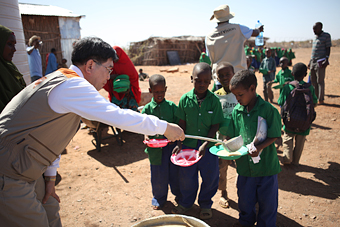 학교에서는 일년에 약 9,000명이 넘는 아이가 점심을 제공받는다. 점심 급식을 돕고 있는 양호승 한국월드비전 회장