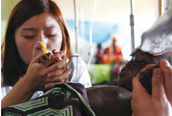 루타나 병원의 아동이 빨리 나을 수 있기를 기도하는 희망원정대